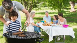 Rodina, záhrada, grilovanie