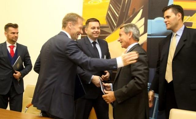 Minister hospodárstva Vazil Hudák, minister financií Peter Kažimír a prezident spoločnosti Theta Energy Group Peter Zimeri a ďalší zástupcovia spoločnosti počas podpisu memoranda o porozumení.