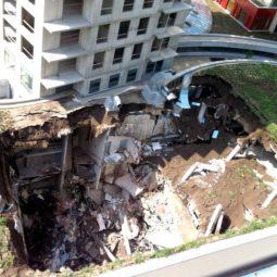 V nede¾u 1. júla 2012 v skorých ranných hodinách došlo k narušeniu statiky èasti komerèného priestoru 3nity LifeStyle Residence na Plynárenskej ulici v Bratislave, prièom sa èas strechy rozostavanej stavby, nachádzajúcej sa medzi obytnými vežami a susednou stavbou, zrútila. Stavba je urèená na garážové státie. Pri zrútení novostavby nebol nikto zranený. Bratislava, 2. júl 2012. Foto: SITA/CA Immo
