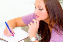 Žena  počítajúca na kalkulačke