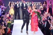Módna návrhárka Lýdia Eckhardt (uprostred) počas svojej módnej prehliadky. Bratislava, 11. máj 2012. Foto: SITA/Jozef Jakubčo