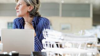 Kancelária, rutina, žena za pracovným stolom